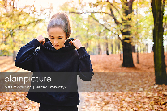 Young female jogger in autumn forest - p300m2213941 by Bartek Szewczyk
