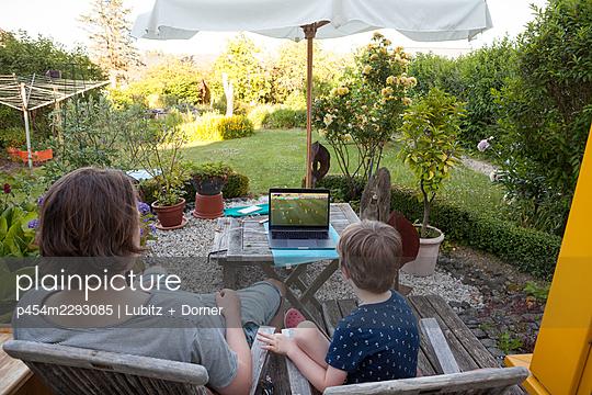 Draußen Fußball schauen - p454m2293085 von Lubitz + Dorner