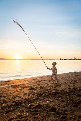 Little boy playing at Crown Beach, USA - p756m2053390 by Bénédicte Lassalle