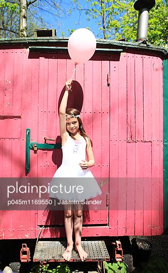 Kleine Ballerina hält Luftballon - p045m1169550 von Jasmin Sander