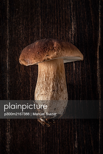 Boletus on wooden table - p300m2167388 von Manuel Sulzer