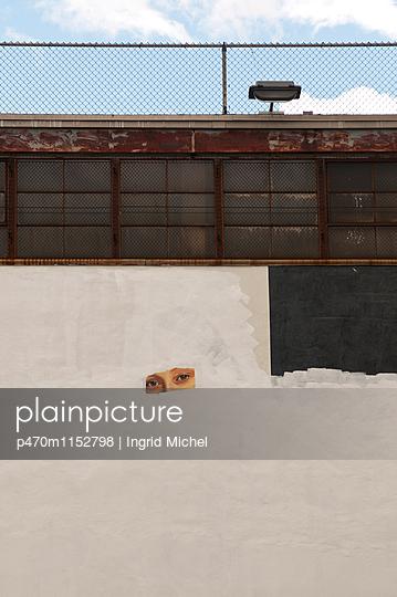 Augen an der Wand - p470m1152798 von Ingrid Michel