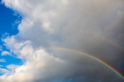 Regenbogen vor bewölktem Himmel - p1057m1488626 von Stephen Shepherd