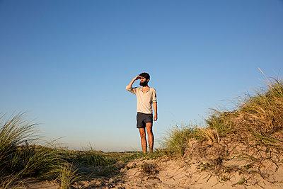 Mann in den Dünen - p1212m1168639 von harry + lidy