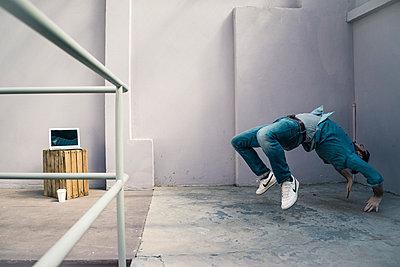 Mann beim Breakdance zuhause - p586m1511231 von Kniel Synnatzschke
