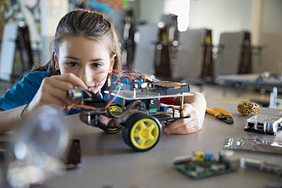 Pre-adolescent girl assembling robotics in classroom - p1192m1231101 by Hero Images