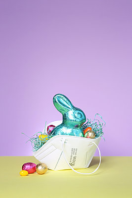 FFP2 mask as an Easter basket - p237m2271403 by Thordis Rüggeberg