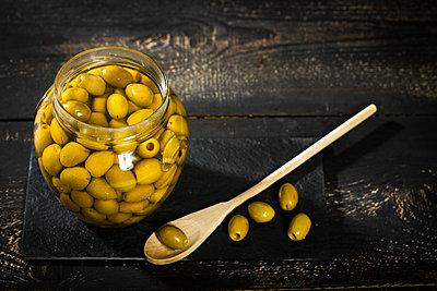 Preserving jar of pickled green olives - p300m1499513 by Roman Märzinger