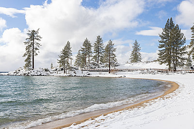 Lake Tahoe in verschneiter Landschaft, Nevada, USA - p756m2253144 von Bénédicte Lassalle