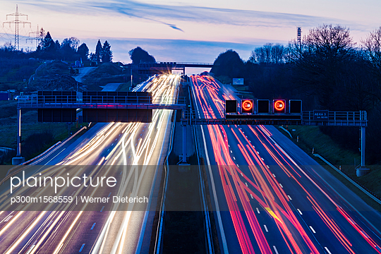 Germany, Baden-Wuerttemberg, Autobahn A8 near Wendlingen in the evening, light trails - p300m1568559 by Werner Dieterich