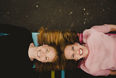 Women looking at camera - p312m2139382 by Stina GrŠnfors