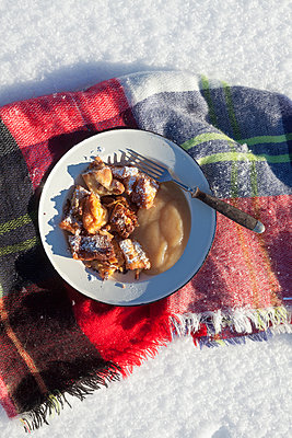 Winter picnic - p454m2099658 by Lubitz + Dorner