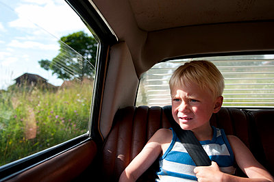 Boy sitting in car back seat - p528m805085 by Johan Willner