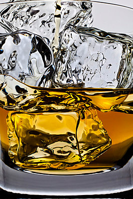 Whiskeyglass with ice cubes - p710m721082 by JH