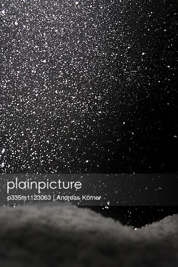 Schneefall bei Nacht - p335m1123063 von Andreas Körner