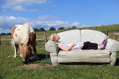 Faulenzen auf Bauernhof - p045m1041989 von Jasmin Sander