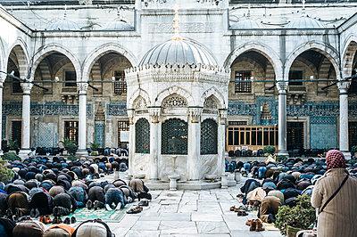 Türkei, Istanbul, Muslime beim Gebet vor einer Moschee - p1085m2259785 von David Carreno Hansen