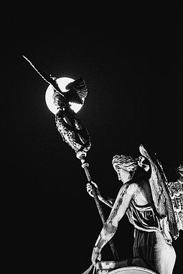 Viktoria-Statue der Quadriga des Brandenburger Tors bei Vollmond - p1493m1589489 von Alexander Mertsch