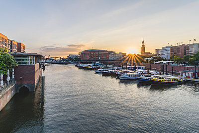 Germany, Hamburg, inland harbour with St. Michaelis Church in background - p300m2012691 von Kerstin Bittner