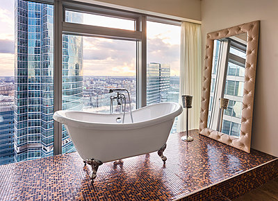 Badezimmer in einem Penthouse - p390m1582801 von Frank Herfort