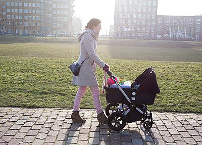 Mutter mit Kinderwagen - p896m835975 von Amaury Miller