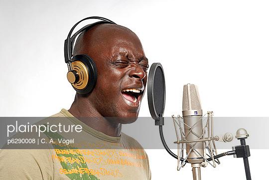 Farbiger Sänger vor Mikrofon - p6290008 von C. A. Vogel