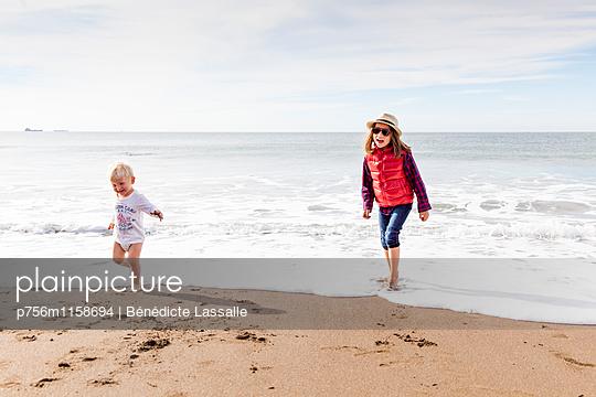 Geschwister am Strand, San Francisco - p756m1158694 von Bénédicte Lassalle
