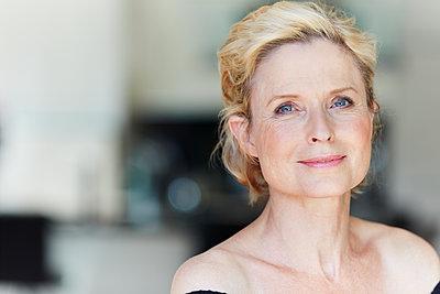 Portrait einer lächelnden reifen Frau - p1359m1221728 von Great Images