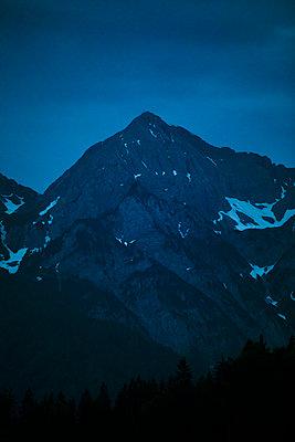 Blaue Stunde in den Bergen - p1396m2289289 von Hartmann + Beese