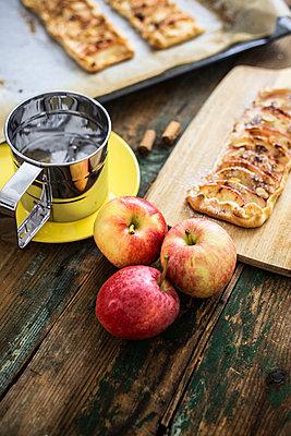 Preparing Apple Pie - p300m2041902 von Giorgio Fochesato
