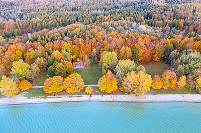 Germany, Bavaria, lakeshore of Lake Starnberg, Fuenfseenland, local recreation area Ambach, aerial view - p300m2104338 by Martin Siepmann