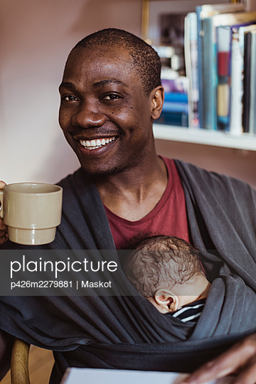 Portrait of smiling father with coffee cup at home - p426m2279881 by Maskot