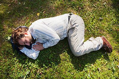 Mann liegt im Gras - p1008m1170002 von Valerie Schmidt