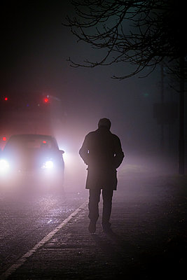 Great Britain, Man and cars in the fog - p1057m2229249 by Stephen Shepherd