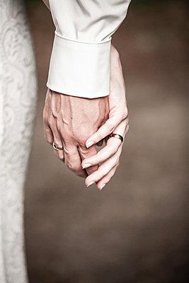 Holding hands, close-up - p1685m2272490 by Joy Kröger