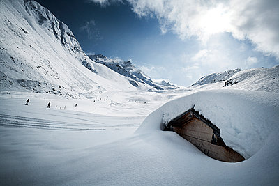 Austria, Tyrol, Ischgl, snow-capped hut in winter landscape - p300m1068822f by Bela Raba