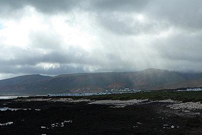Spanien, Lanzarote, Regenwolken über Feriensiedlung   - p416m784608 von Roland Liedke