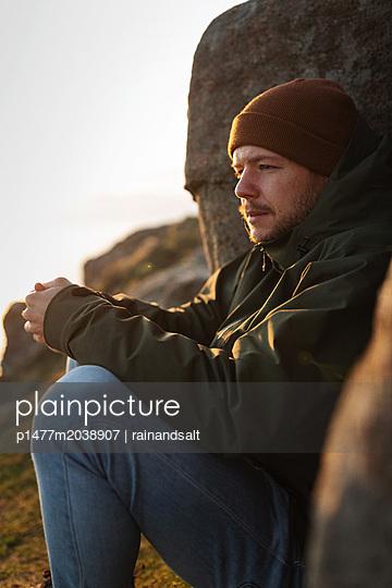 Wanderer macht eine Pause in den schottischen Highlands - p1477m2038907 von rainandsalt