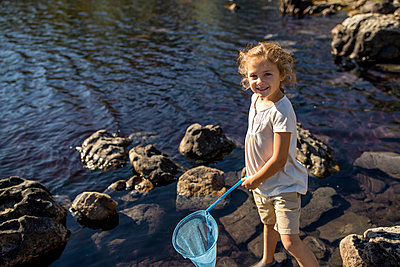 Girl holding spoon net - p1355m1574078 by Tomasrodriguez