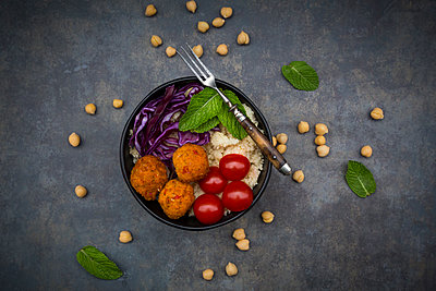 Couscous sweet potato falafel bowl with red cabbage, tomato, mint and hummus - p300m1580763 von Larissa Veronesi