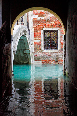 Small canal, Venice, Veneto, Italy, Europe. - p651m2085172 by Peter Fischer