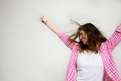 Eine junge Frau feiert  - p1212m1526026 von harry + lidy