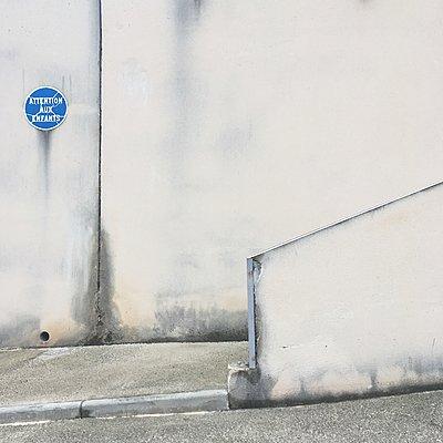 Warnschild an einer Mauer an einem Bürgersteig - p1401m2260484 von Jens Goldbeck