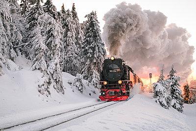 Lokomotive in verschneiter Landschaft, Harz - p1600m2215430 von Ole Spata