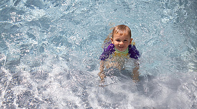 Little boy in a swimming pool - p1640m2254806 by Holly & John
