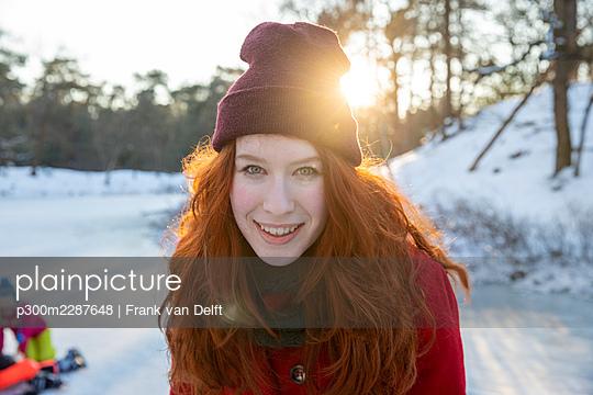 Netherlands, Vught, Vughtse Hei, ginger girl and boyfriend iceskating - p300m2287648 von Frank van Delft