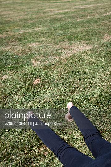 Im Park liegen - p795m1064416 von JanJasperKlein