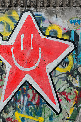 Graffiti, smiling star  - p1280m2288323 by Dave Wall
