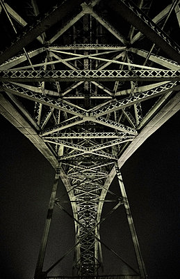 Portugal, Porto, Douro, Low angle view of Dom Luis I Bridge seen at night - p300m2144546 by Michael Reusse (alt)