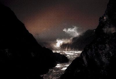 Meer bei Sturm an der felsigen Kueste des Naturparks Cap Creus - p9793411 von Hoschek